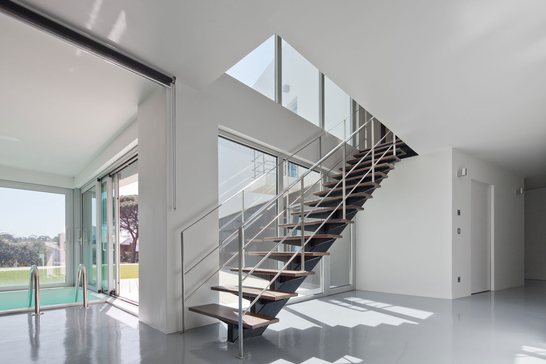 escalier-acier-bois-sur-mesure-piscine