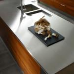 Ce plan de travail en inox est une création sur mesure s'intégrant parfaitement à votre cuisine