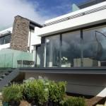 Réalisation sur mesure pour cette terrasse en acier fonctionnelle qui permet de profiter des rayons du soleil et d'accéder au jardin par l'escalier