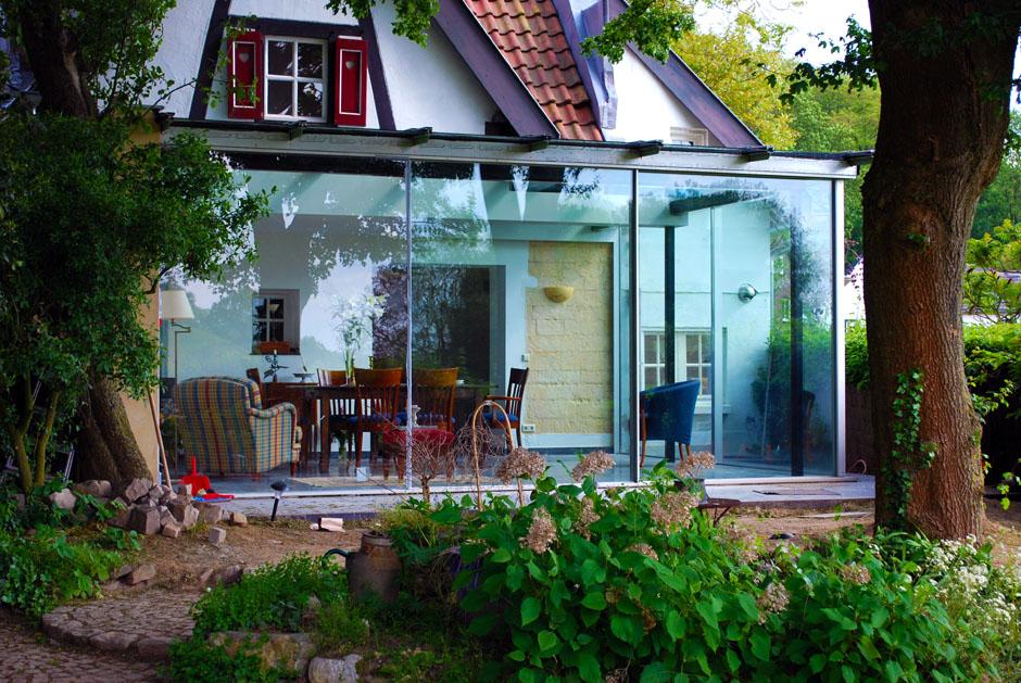Personnalisez votre intérieur avec cette véranda aux larges baies vitrées qui permet de profiter du jardin en toute saison.